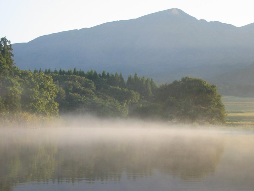霧が立ち込める季節になりました。隣の沼「舞沼」の朝の風景