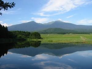 「舞沼」に映る鳥海山